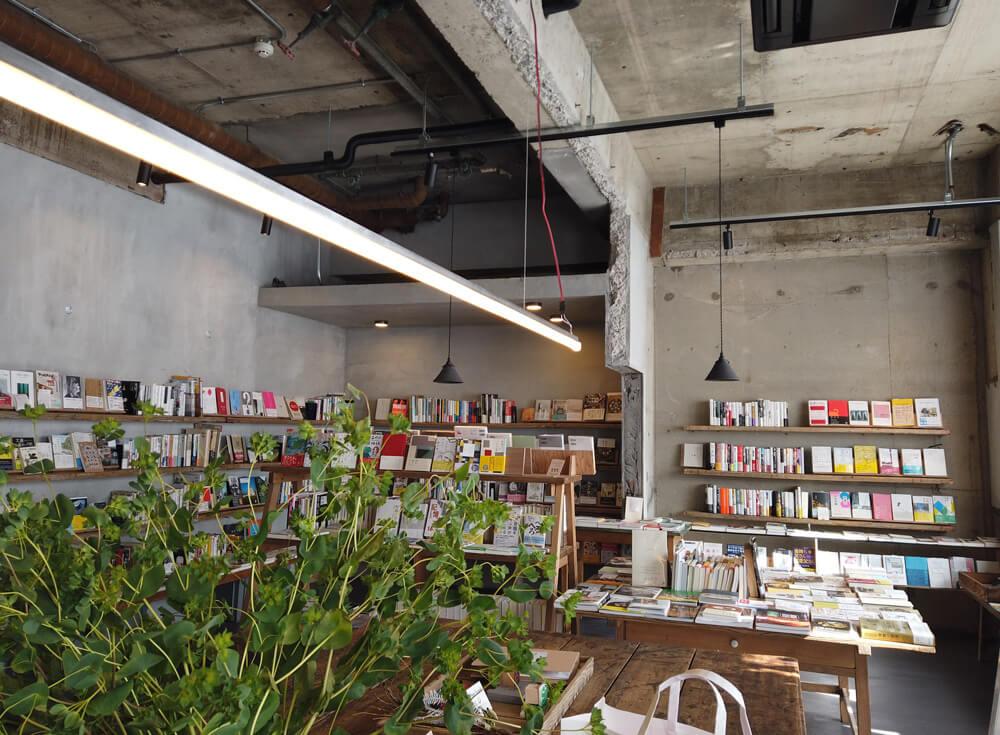 カフェスペース 店内の本棚