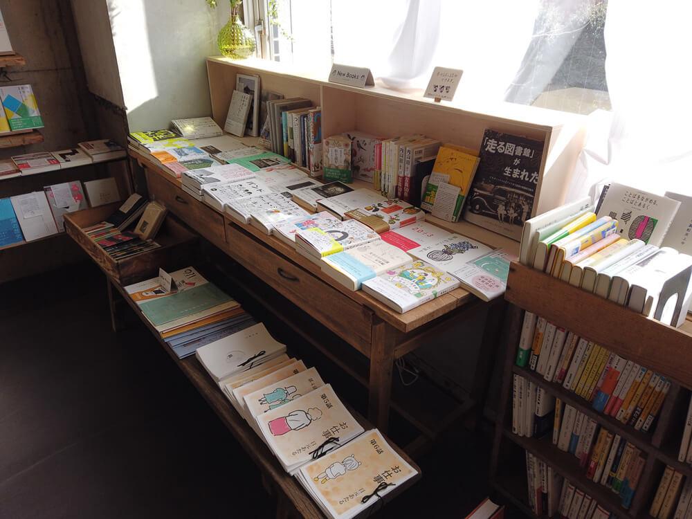 面出しして置かれている本棚